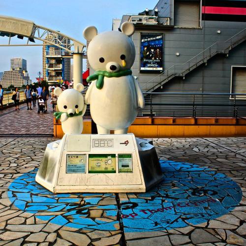 Una escultura que sirve como termómetro y panel informativo en un centro comercial de la bahía de Odaiba, Tokyo (Japón). (Foto: Divercity Tokyo)